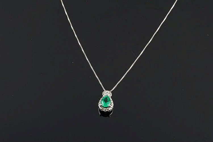 A GOLD, EMERALD AND DIAMOND PENDANT NECKLACE