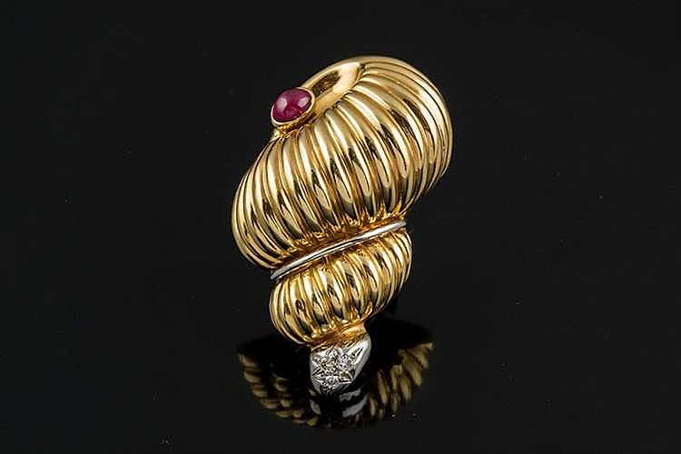 A GOLD, RUBY AND DIAMOND BROOCH