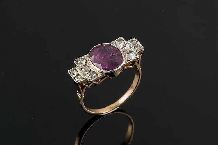 AN ART DECO GOLD, RED GEMSTONE AND DIAMOND RING