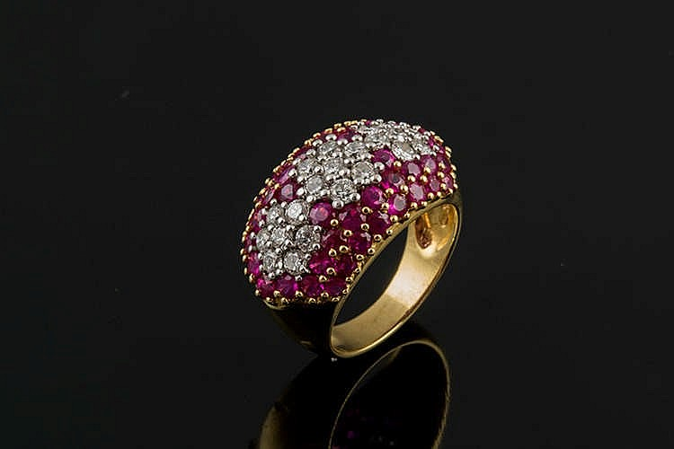 A GOLD, RED GEMSTONE AND DIAMOND RING