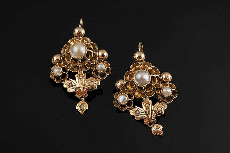 A PAIR OF ANTIQUE GOLD AND PEARL EARRINGS