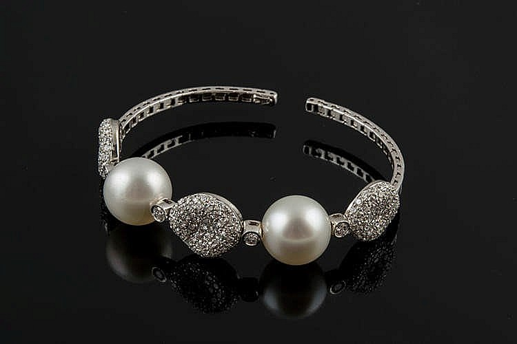 A GOLD, PEARL AND DIAMOND BRACELET