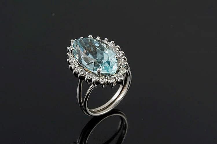 A GOLD, AQUAMARINE AND DIAMOND RING