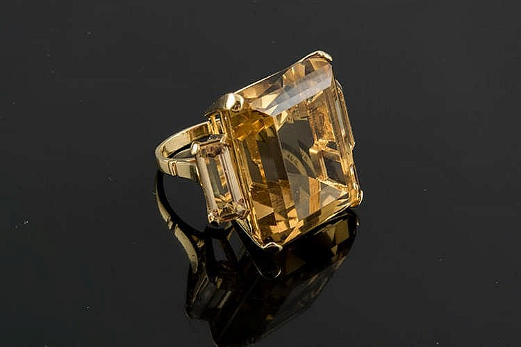 A GOLD AND CITRINE RING