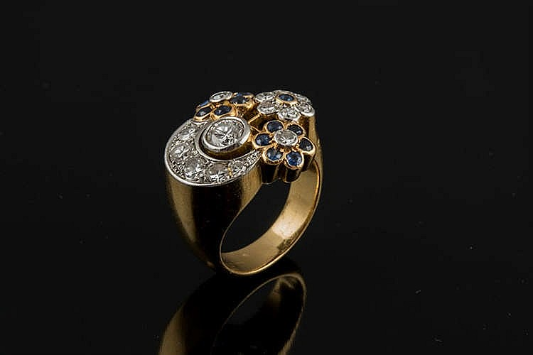 A GOLD, PLATINUM, SAPPHIRE AND DIAMOND RING
