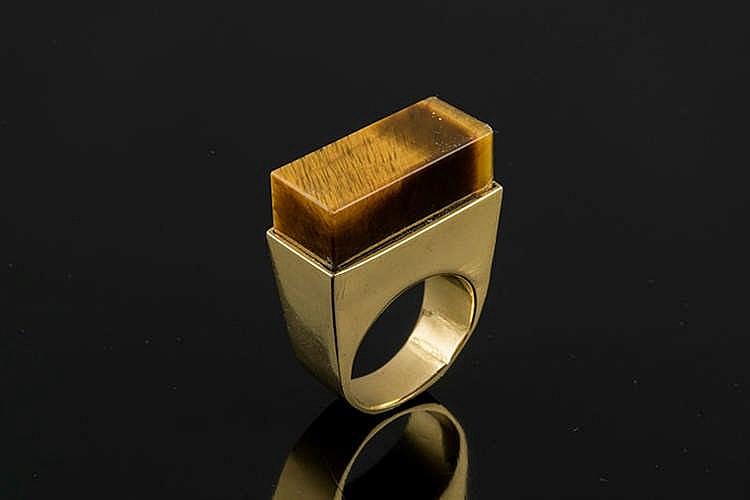 A GOLD AND QUARTZ RING