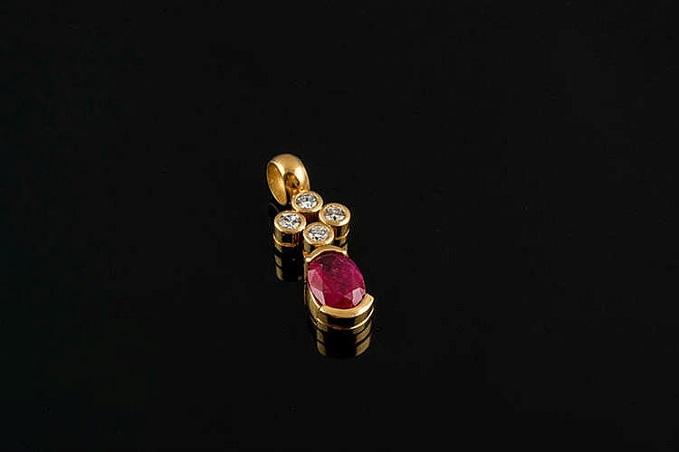 A GOLD, RUBY AND DIAMOND PENDANT