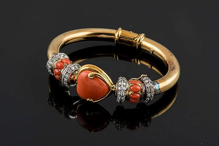 A GOLD, CORAL AND DIAMOND BRACELET