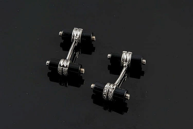 A PAIR OF GOLD, ONYX AND DIAMOND CUFFLINKS