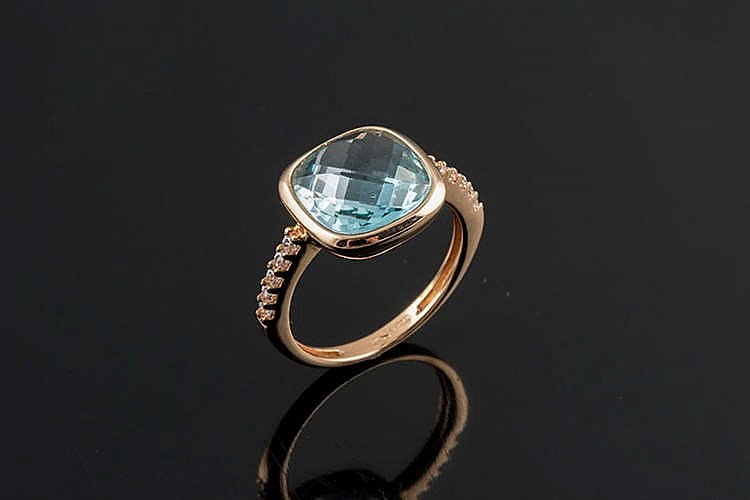 A GOLD AND BLUE GEMSTONE RING
