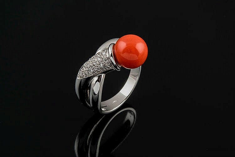 A GOLD, CORAL AND DIAMOND RING
