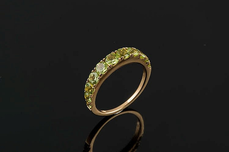 A GOLD, PERIDOT AND DIAMOND RING