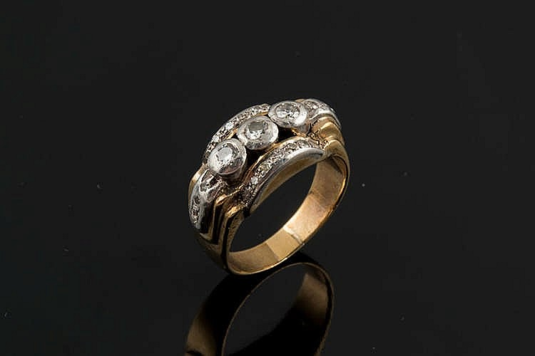 A GOLD, SILVER AND DIAMOND RING