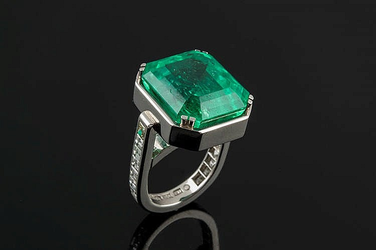 A GOLD, EMERALD AND DIAMOND RING