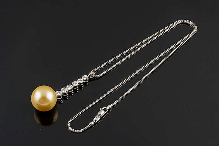 A GOLD, PEARL AND DIAMOND PENDANT NECKLACE