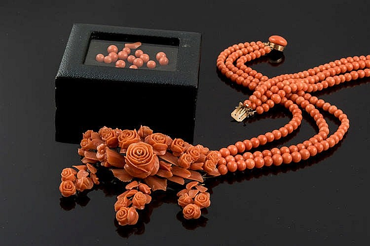 A CORAL NECKLACE, MID-19TH CENTURY
