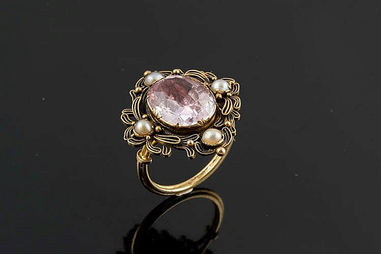 A GOLD, ROSE GEMSTONE AND PEARL RING