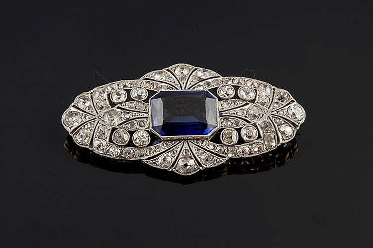 A GOLD, BLUE GEMSTONE AND DIAMOND BROOCH
