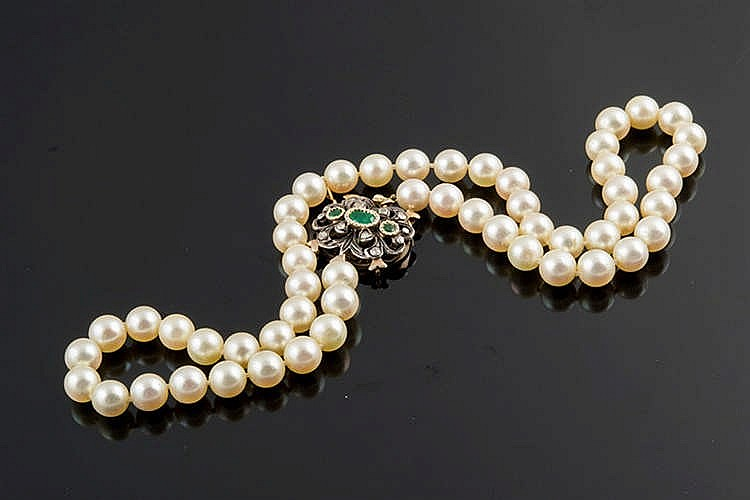A PEARL, GOLD, SILVER, EMERALD AND DIAMOND NECKLACE