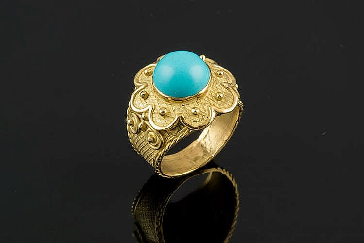 A GOLD AND SIMULATED TURQUOISE RING
