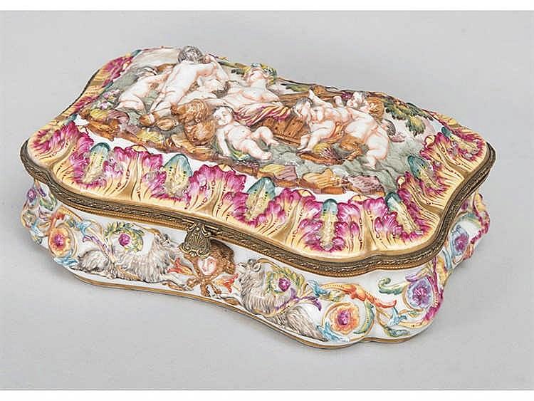 A CAPODIMONTE PORCELAIN BOX