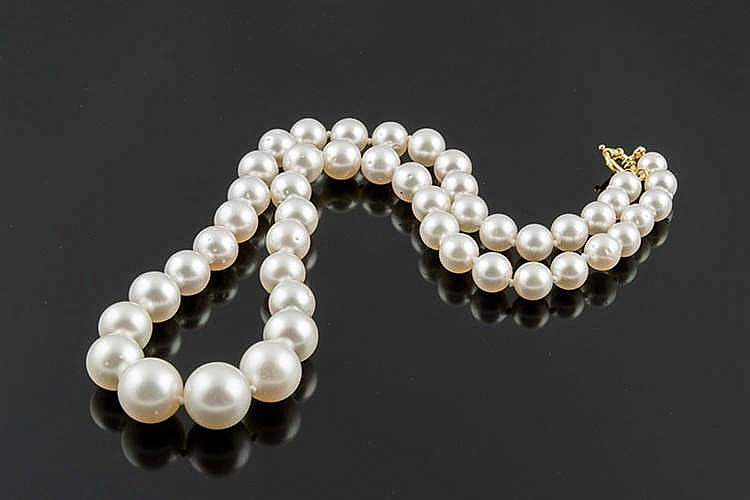 A PEARL AND GOLD NECKLACE