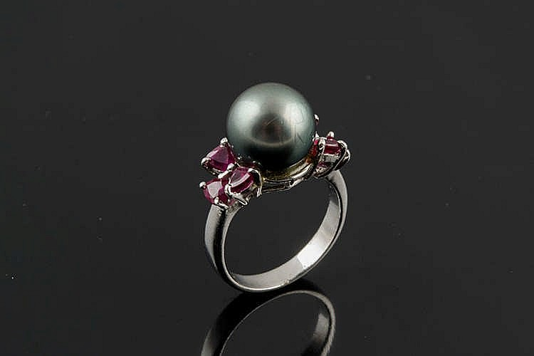 A GOLD, PEARL AND RUBY RING