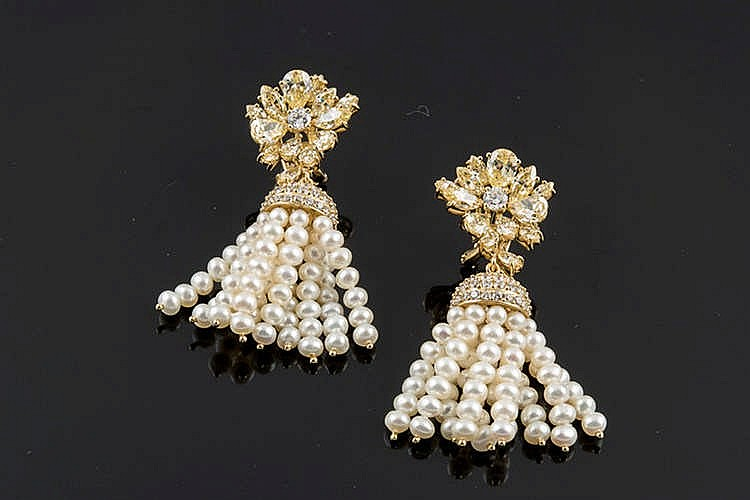 A PAIR OF GILT SILVER AND PEARL EARRINGS