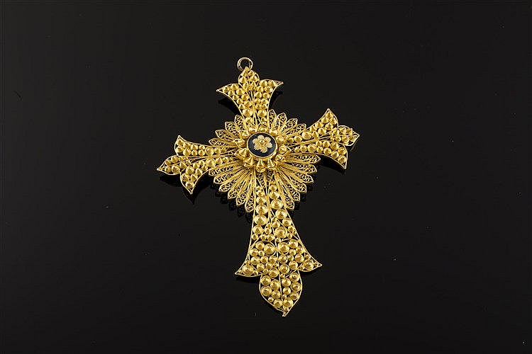 A GOLD AND ENAMEL PENDANT CROSS