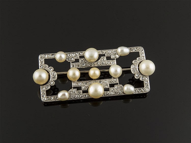 A GOLD, PLATINUM, PEARL AND DIAMOND BROOCH