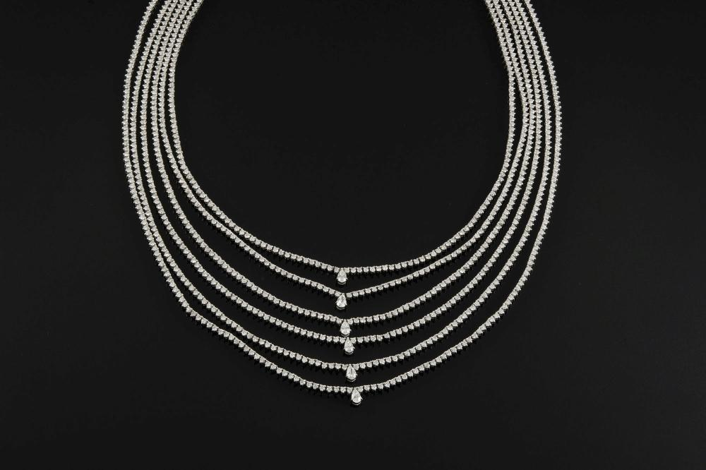 A WHITE GOLD AND DIAMOND NECKLACE