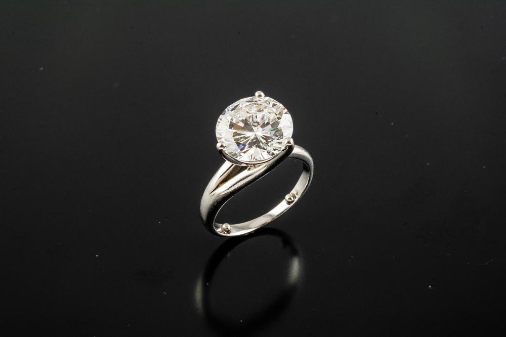 A DIAMOND AND PLATINUM RING, BY PUIG DORIA
