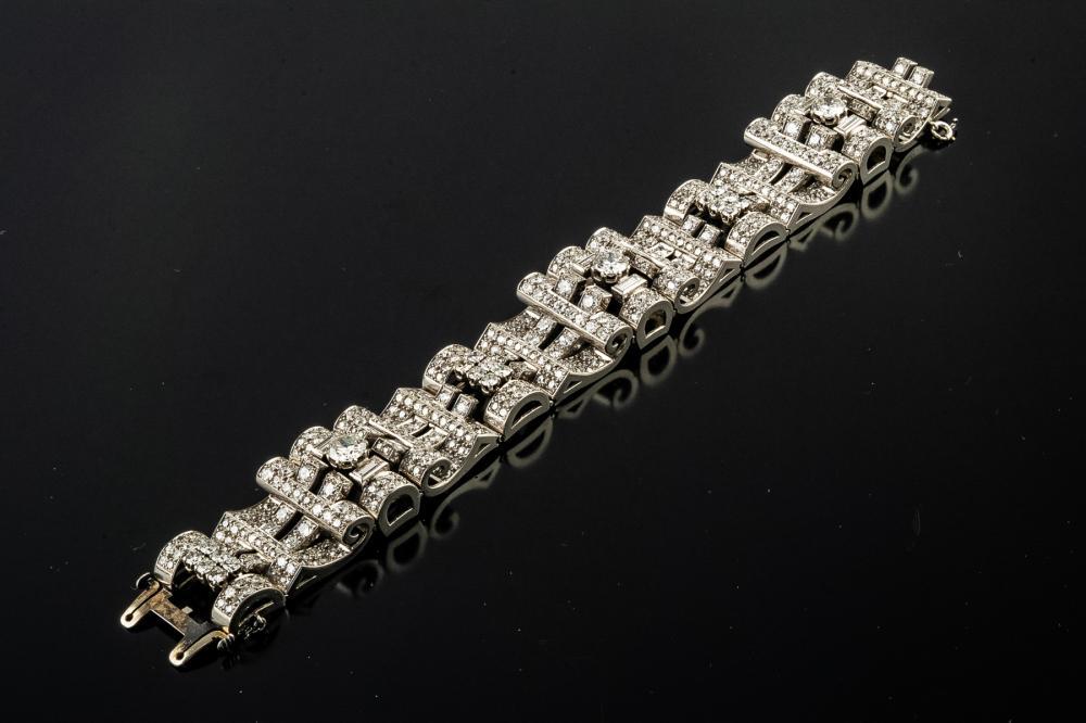 A VINTAGE DIAMOND AND PLATINUM BRACELET, CIRCA 1940