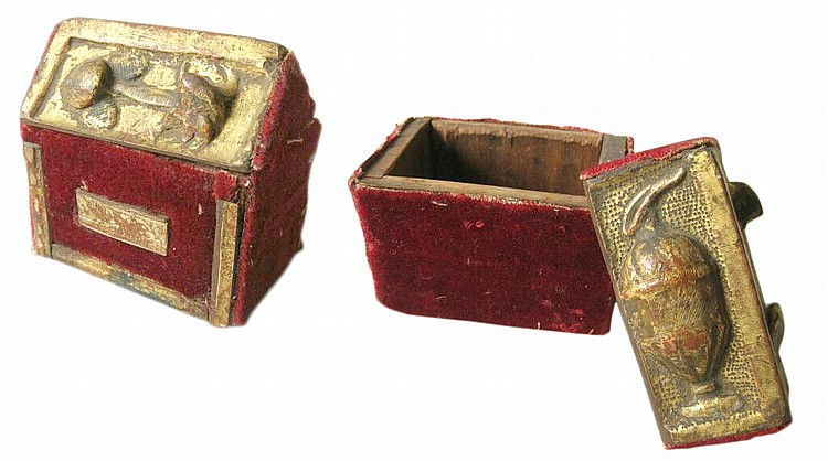 15th-16th CENTURY GOTHIC CASKET WITH A ROOF-SHAPED LID