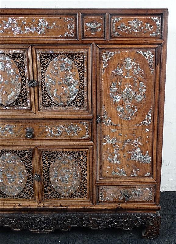 meuble d 39 entre deux en bois exotique ouvrant par trois tiroi. Black Bedroom Furniture Sets. Home Design Ideas