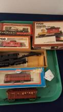 6 HO gauge train cars, caboose, pass cars