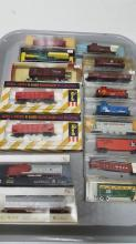 16 vintage N scale rolling stick, Cabooses, etc
