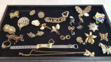 Lot of vintage costume jewelry brooches, ears