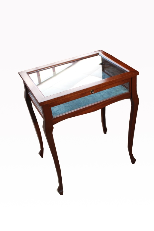 Mahogany low locking vitrine for Table locks acquired immediately 99