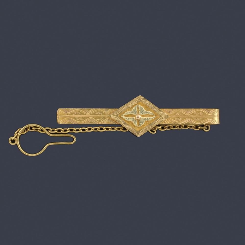 Tie bar with plant motif in the center in 18K yell…