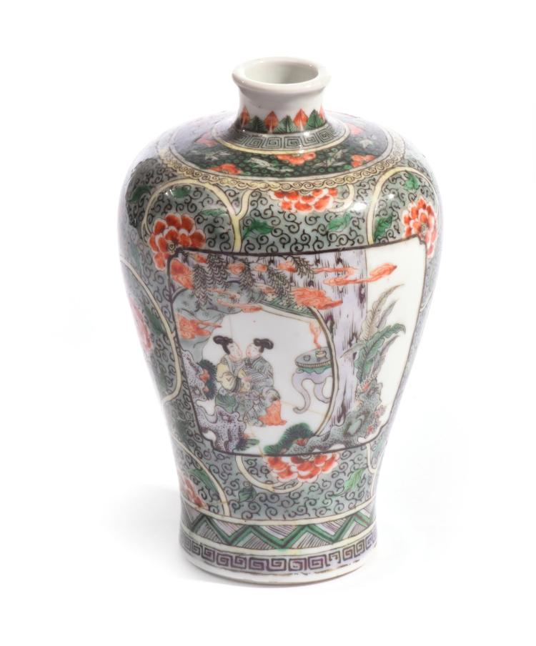 A SMALL FAMILLE VERTE MEIPING VASE.