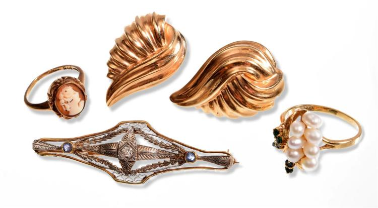 COLLECTION OF GOLD JEWELRY.