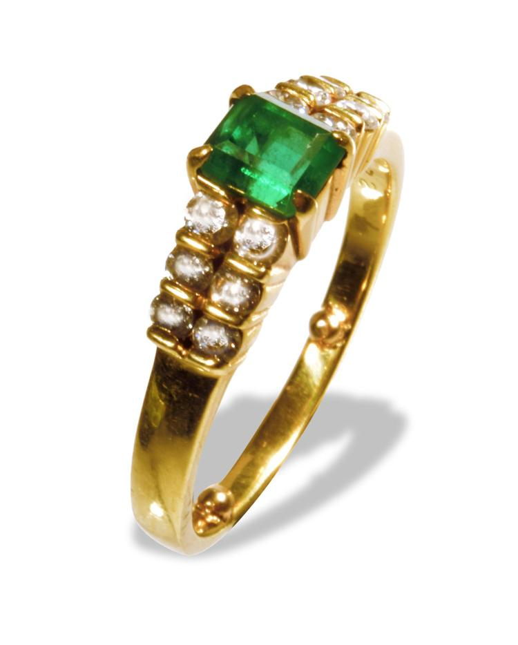 AN 18K EMERALD AND DIAMOND RING.