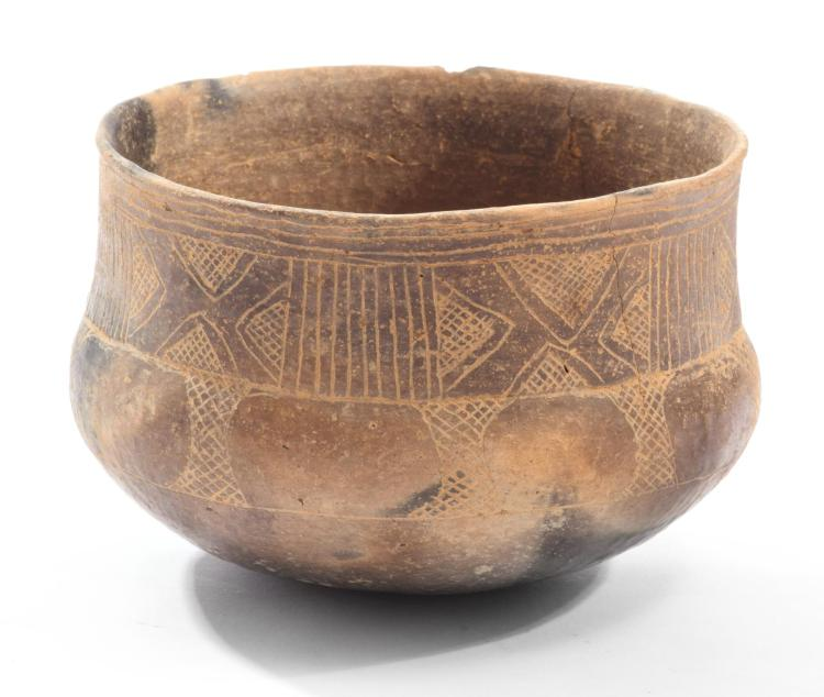 PREHISTORIC NATIVE AMERICAN POTTERY BOWL.