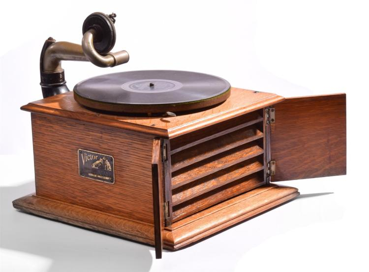 VICTOR TABLE TOP VICTROLA.