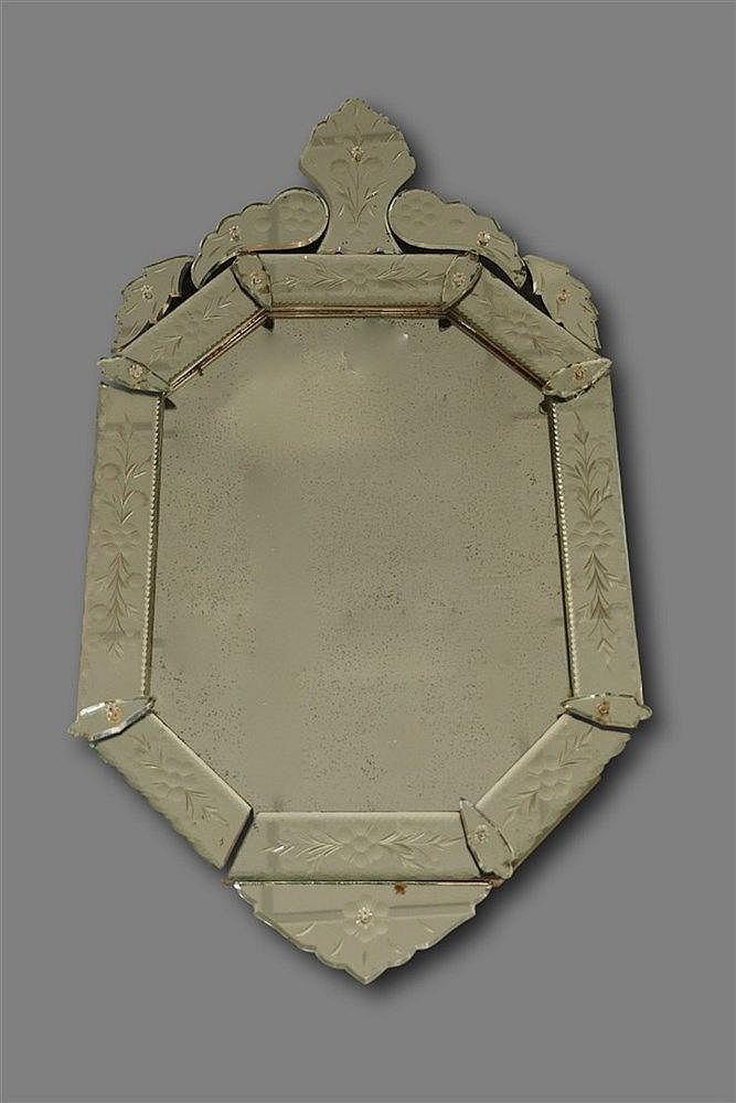 Miroir v nitien de forme octogonale surmont d 39 un fronton for Miroir venitien