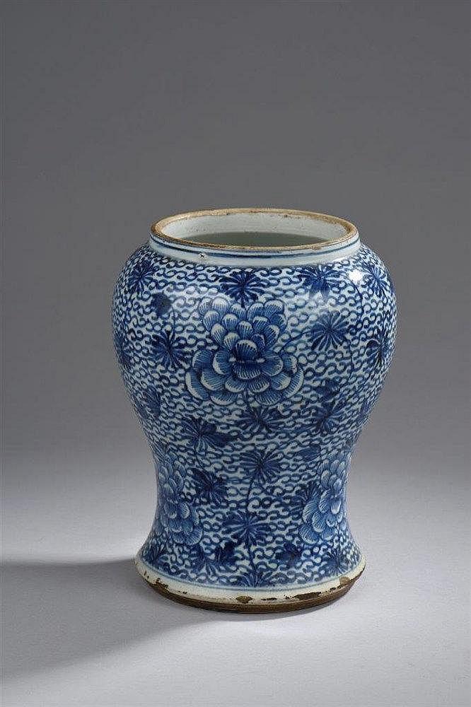 Chine vase balustre en porcelaine d cor bleu sous couver for Porcelaine de chine