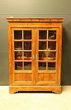Vitrine en fruitier ouvrant à deux portes en partie vitrées quadrillées, corniche saillante, base en plinthe sur des pieds chantournés.