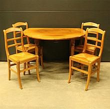 Table circulaire à volets en noyer naturel, style Louis-Philippe  et quatre chaises en bois clair à dossier barrettes et assise paillée. Style Restauration.