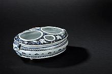 ROUEN : porte huilier/vinaigrier de forme ovale en faïence à décor en camaïeu bleu de fleurs, filets de godrons et deux mufles de lions en applique
